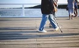 Persona mayor caminando en el puerto